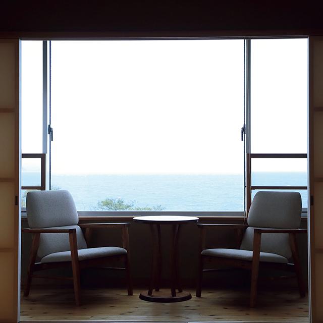 ゆっくり部屋でくつ ろぐおこもりには、展望 内風呂のある客室「島風」がイチ押し