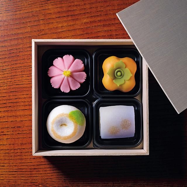 こなし製の「里の秋」、ういろう製の「野菊」、上用饅頭の「光琳菊」、練り切り製の「秋桜」