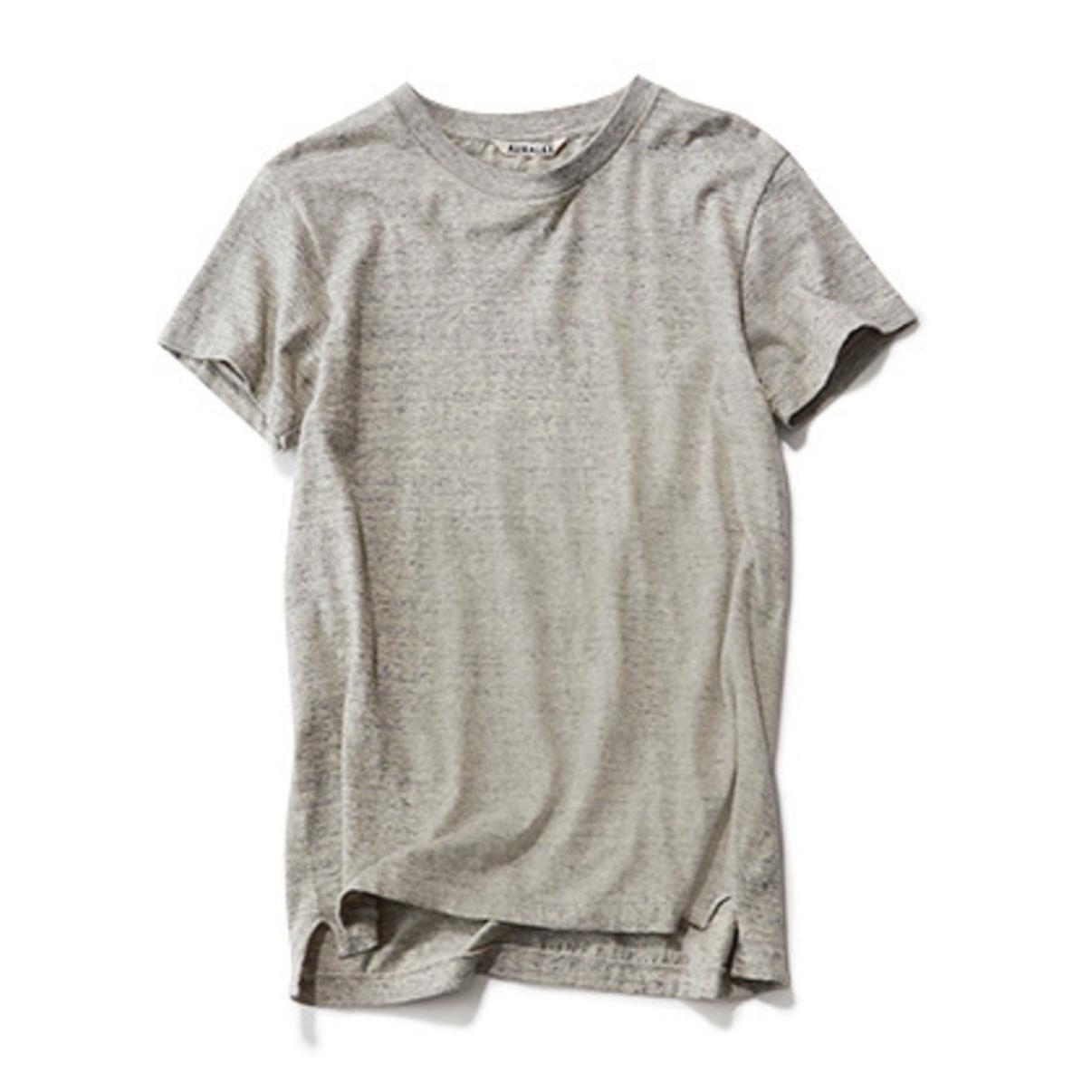 重ね着にぴったりなグレーのTシャツ