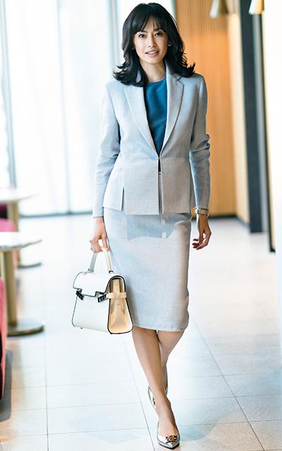 アクリスの美シルエット×極上素材スーツで女性らしい装いの高橋里奈