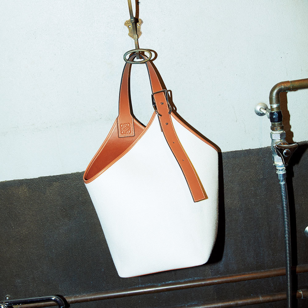 LOEWEのオープンバケット型バッグ