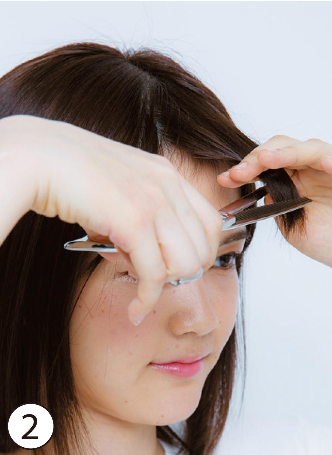 ②高く上げすぎずにすきバサミをIN 基本のカット⑤では、前髪の高さを水平よりもやや下げた位置ですきバサミを使って。前髪の量が少ない分、毛先がバラバラになるのを防ぐ。