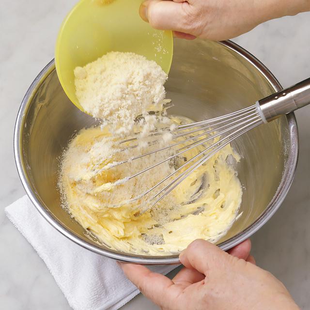 続けてアーモンドパウダー、レモンの皮、 レモン汁を加え混ぜる。