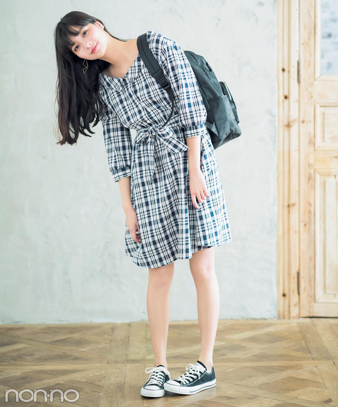 【夏のワンピースコーデ】新川優愛は、チェックワンピ×黒リュック&スニーカーでカジュアル通学コーデ
