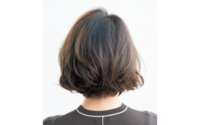 髪も顔だちも自然と上向きになる万能ひし形ボブのバック