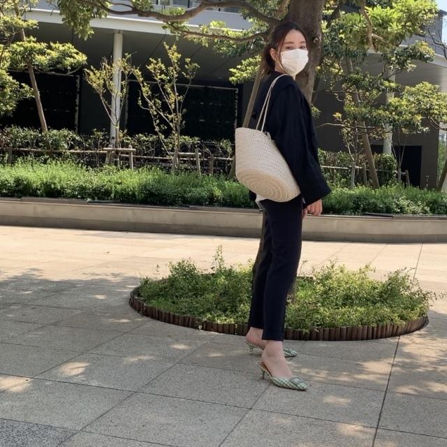 ■黒のノーカラージャケット×黒パンツ×白レザーバッグのモノトーンコーデ