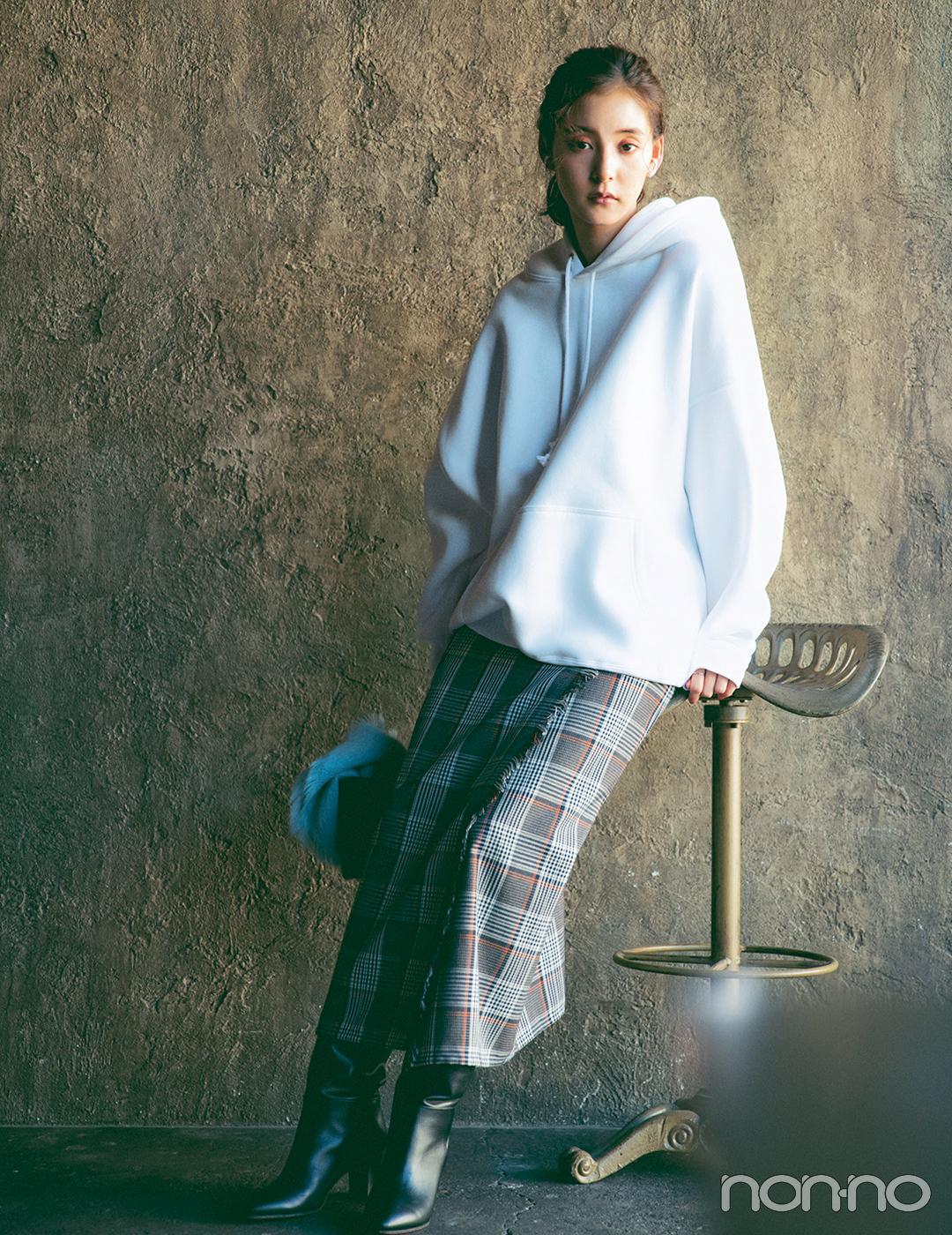 新木優子はメンズライクなビッグパーカできれいめスカートをカジュアルダウン【毎日コーデ】