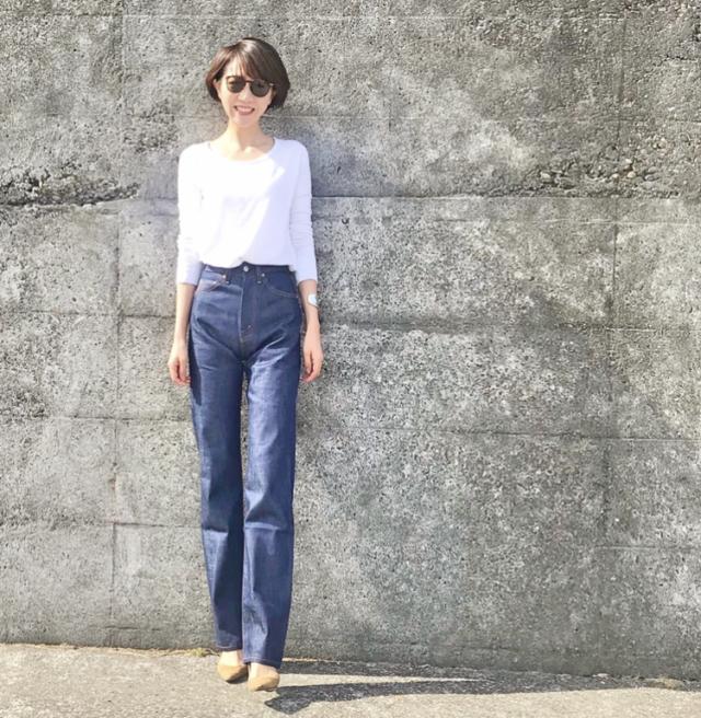 白トップス×リーバイスのデニムパンツのファッションコーデ