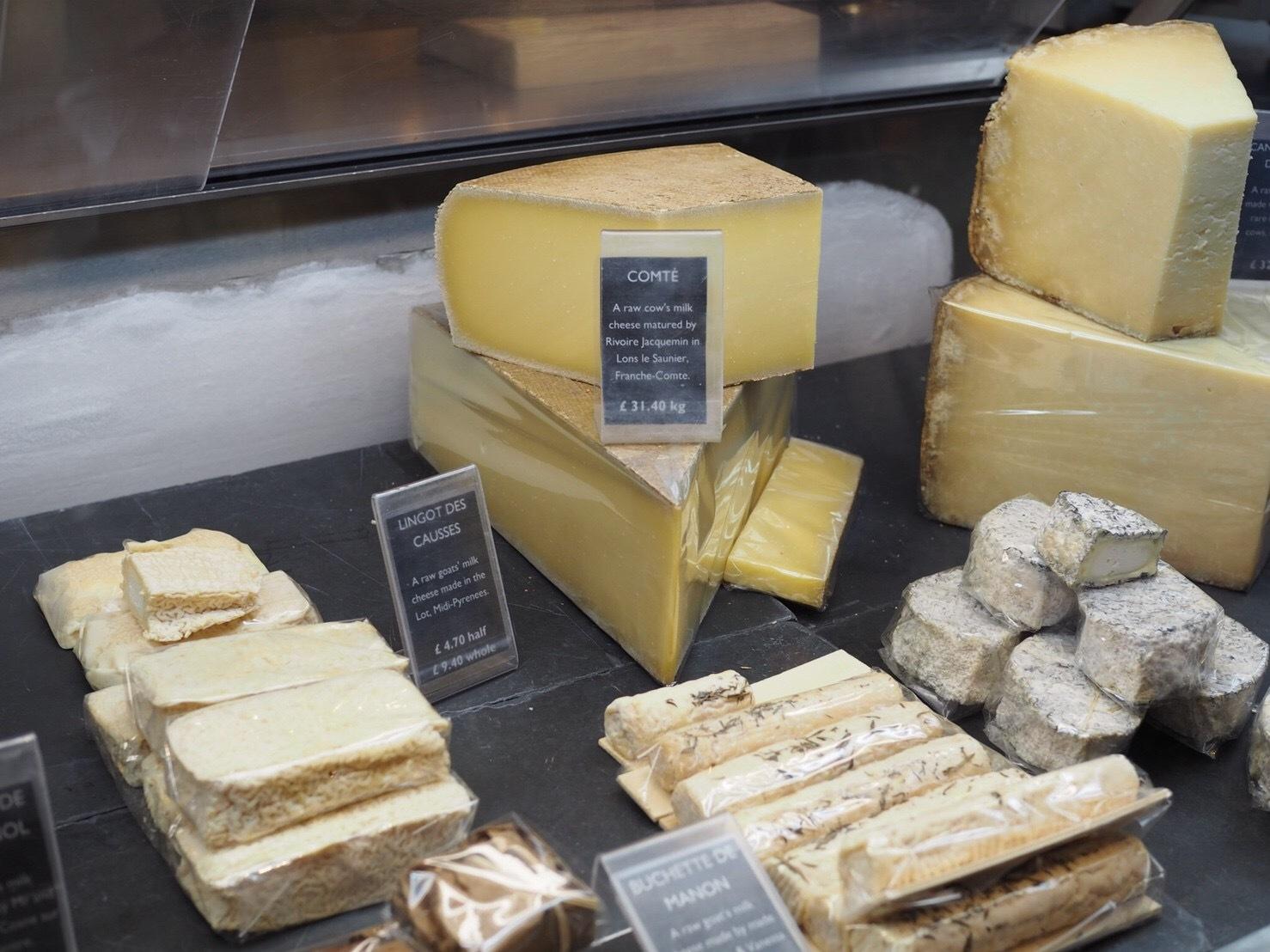 チーズ屋さん。たくさん試食もできました♪