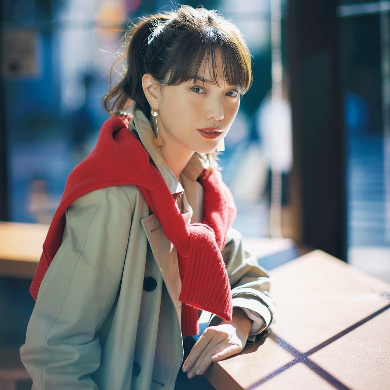 赤カーディガン×トレンチコートのファッションコーデ