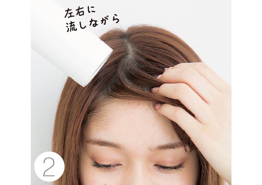 【2】前髪は完全に乾かす 毛流れに逆らうように、左右にテンションをかけながらドライ。最後は真っすぐ下りるように。 左右に流しながら