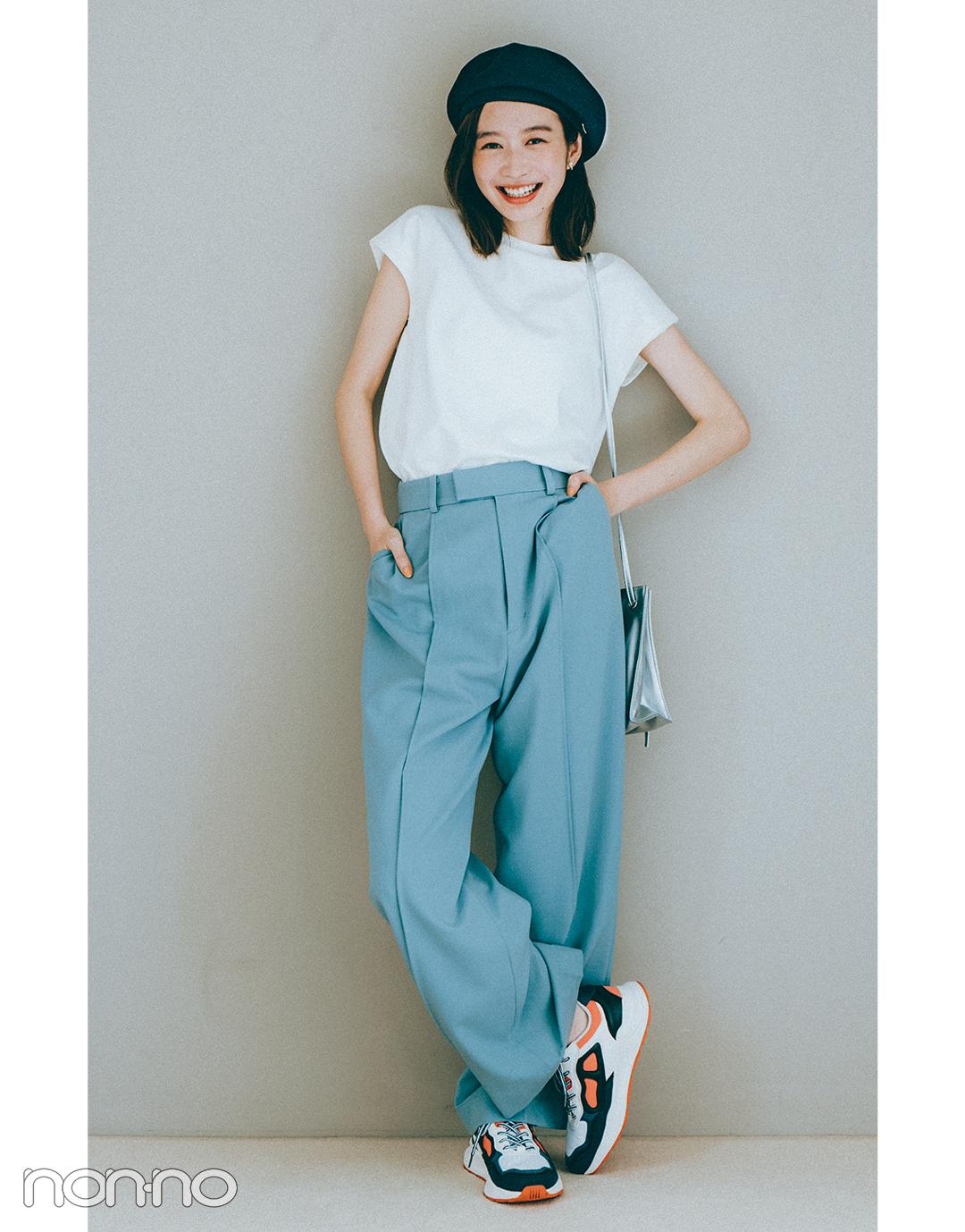 『岡本夏美』の『ブルーのカラーパンツ』モデルカット3-2
