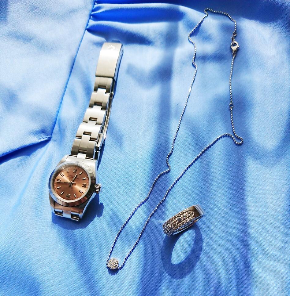 オンの時のアクセサリーはシンプルなデザインの物を 時計ROLEX リング、ネックレス ポンテヴェキオ