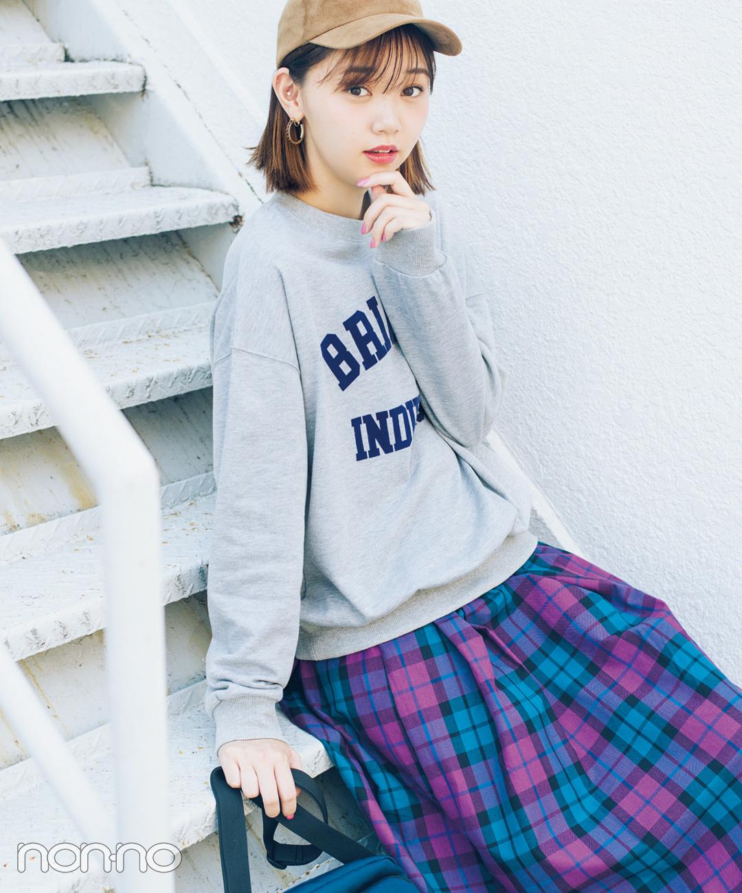 【チェックコーデ】江野沢愛美の、着るだけでこなれ見えするロゴスウェット×チェックスカートコーデ