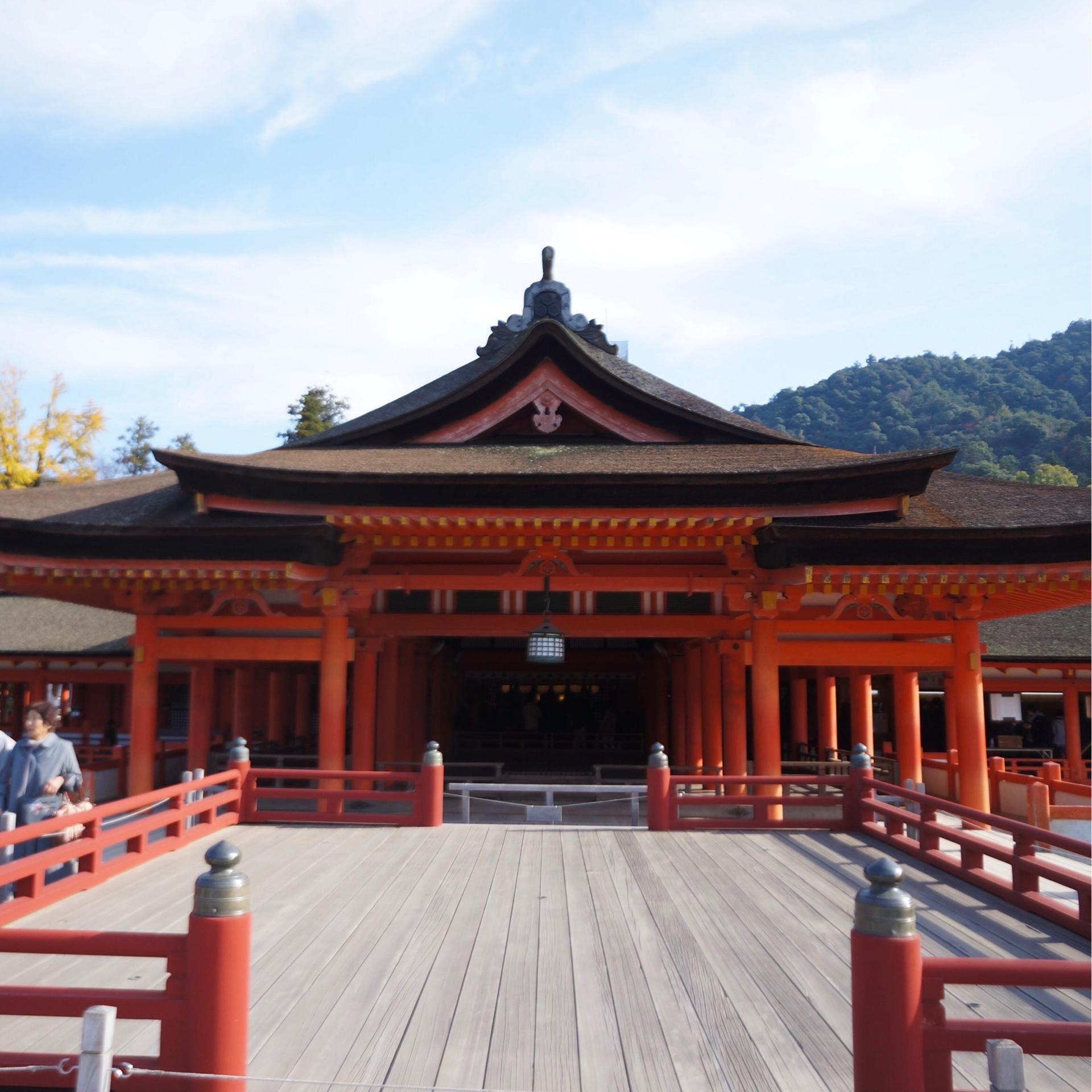 世界文化遺産「厳島神社」 美しい朱塗りの社殿は潮が満ちてくると海に浮かんでいるような不思議な建築美をたたえています。