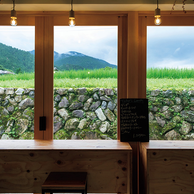 一面ガラス張りでどの席からも里山の景色を楽しめる。