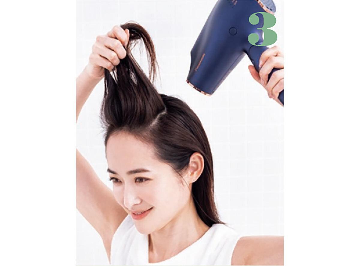 トップは髪を持ち上げて、根元に垂直に風を当てるようにする。反対側も同様にして。