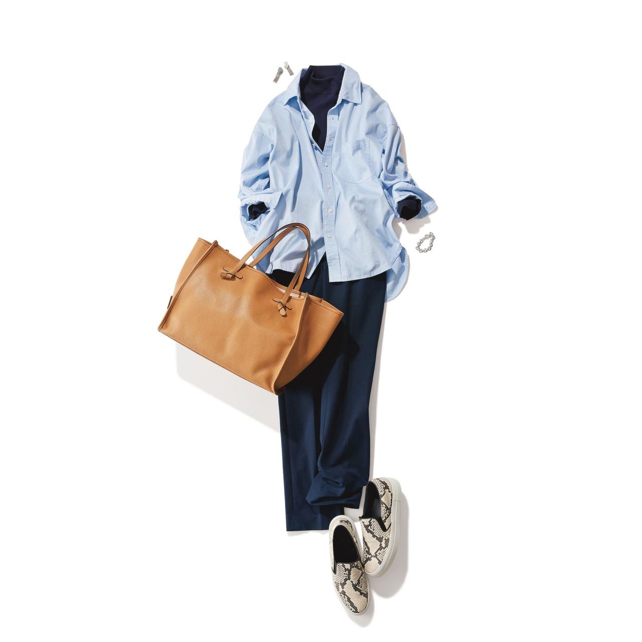 スネーク柄スニーカー×ブルーシャツ&パンツのファッションコーデ