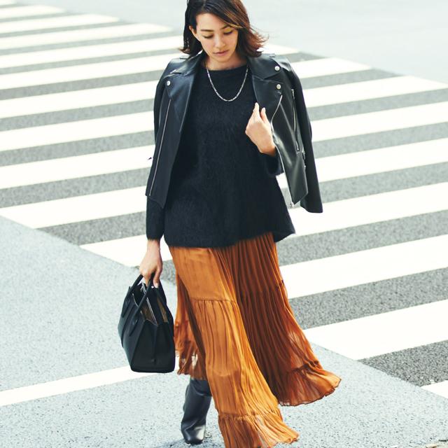 軽やかなきれい色スカートが強さのある黒をやわらげるコーデのRINA