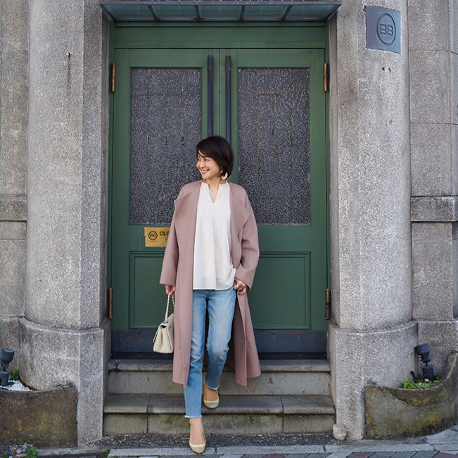 コート×白ブラウス×デニムの50代ファッションコーデ