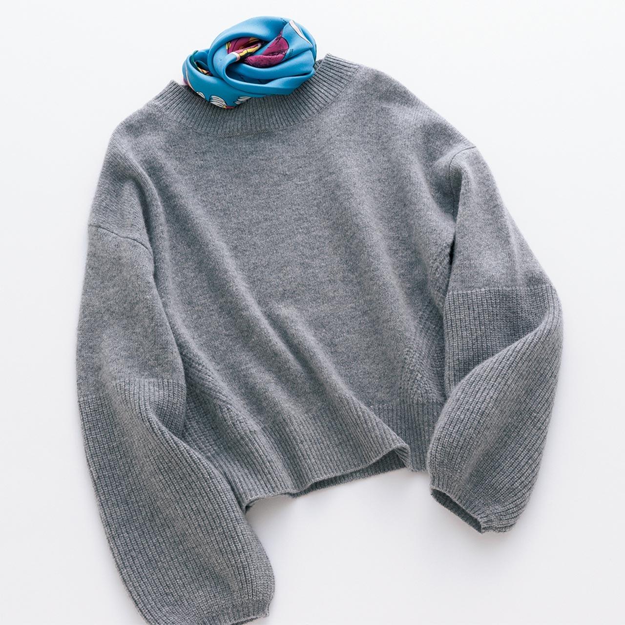 グレーのニット×ブルーのスカーフコーデ