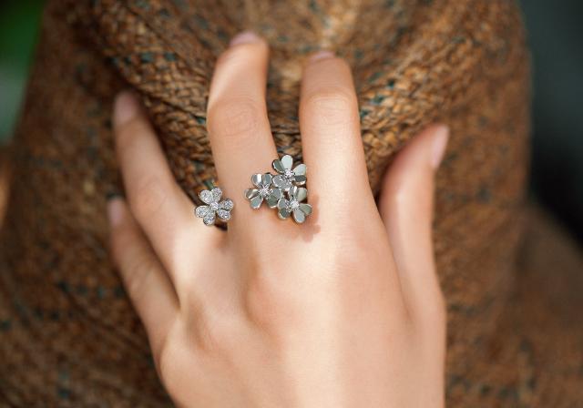 指間に楚々と咲く花々