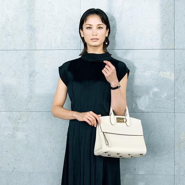 【働く50代女性】ビジネスシーンの新定番「白バッグ」