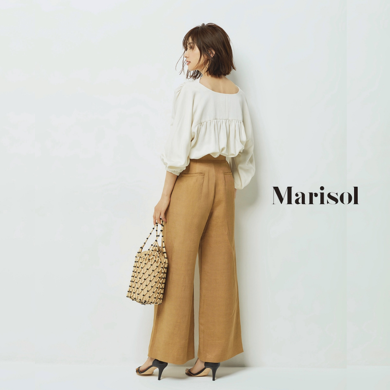 40代ファッション ボリュームブラウス×パンツコーデ
