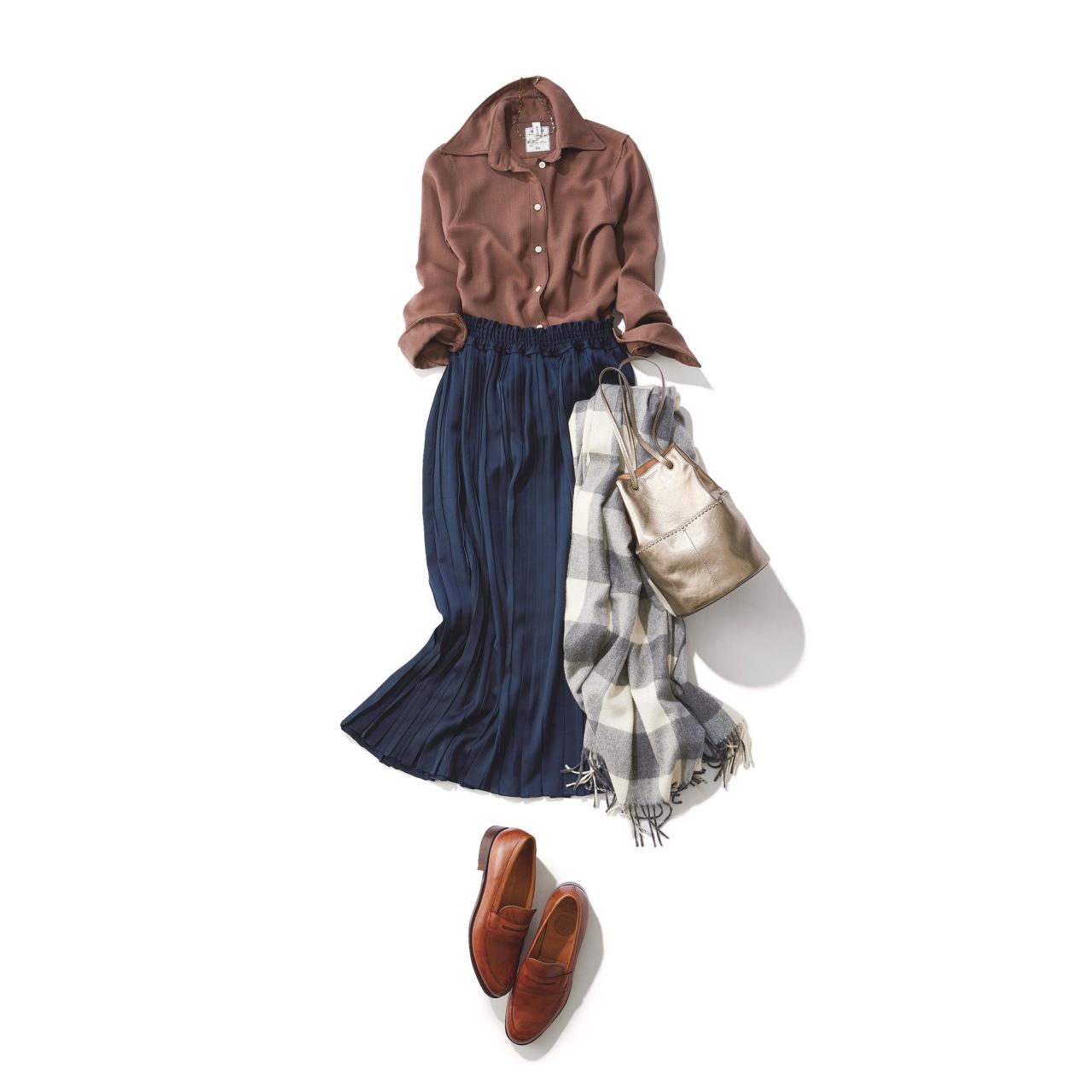 ネイビーのプリーツスカート×ブラウンシャツのファッションコーデ