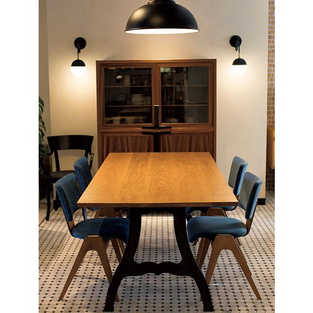 テーブル、椅子、キャビネットもすべてオリジナル