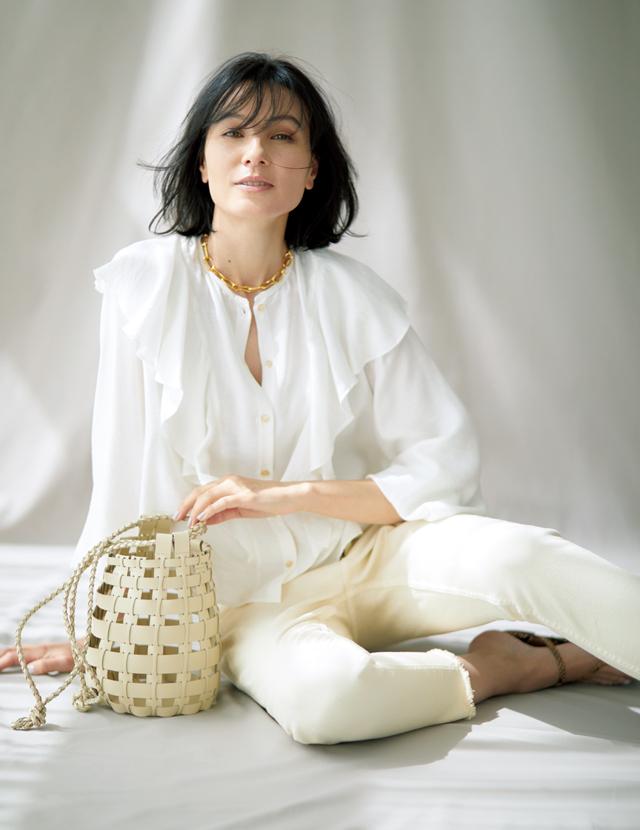 ロマンチックな白ブラウスコーデの田沢美亜