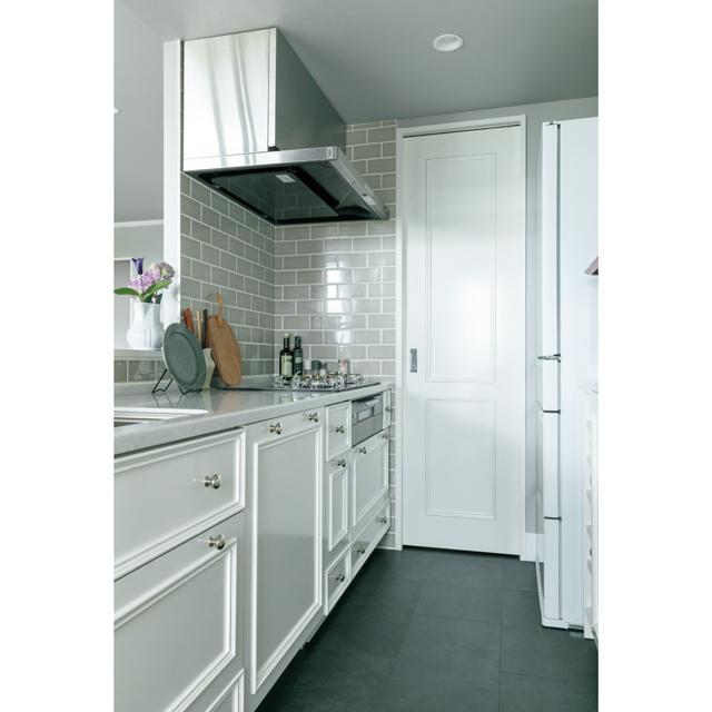 予算を抑えるため、シンク&コンロ側はタカラスタンダードのキッチンの扉のみを変えて設置