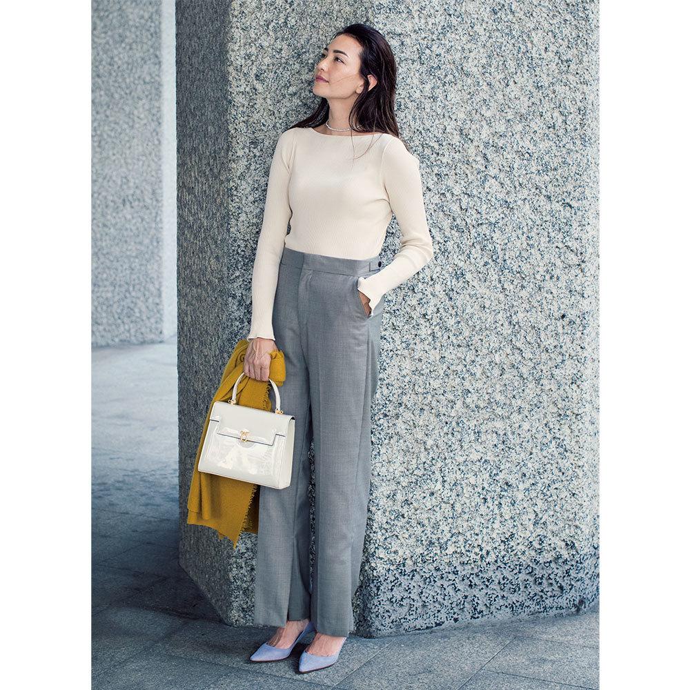 白ニット×チェック柄パンツのファッションコーデ