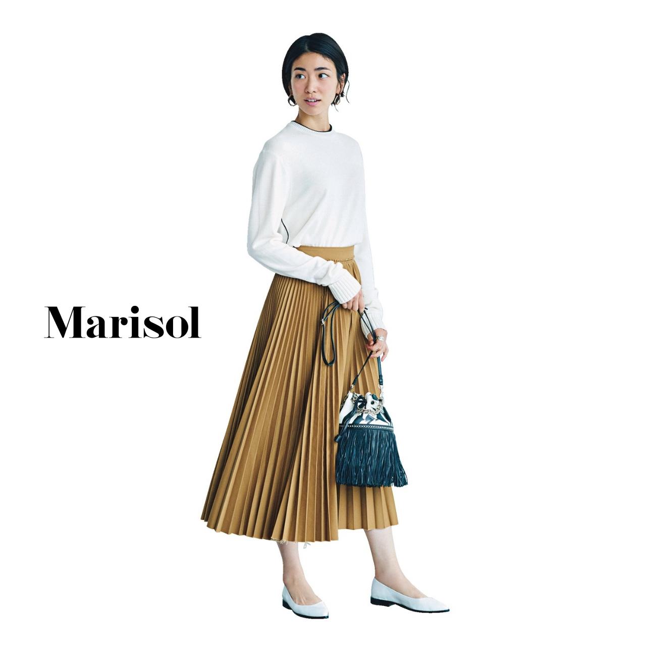 40代ファッション 白ニット×ベージュプリーツスカート コーデ