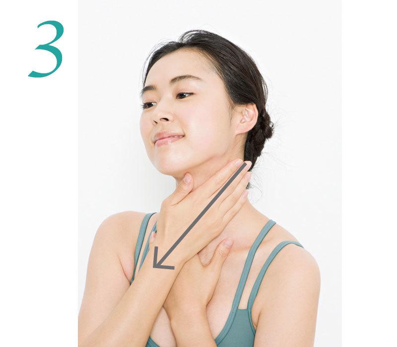 3.耳の下に反対側の手のひらを当て鎖骨に向かって走る筋肉(胸鎖乳突筋)に沿ってさすり下ろす。左右各3回。
