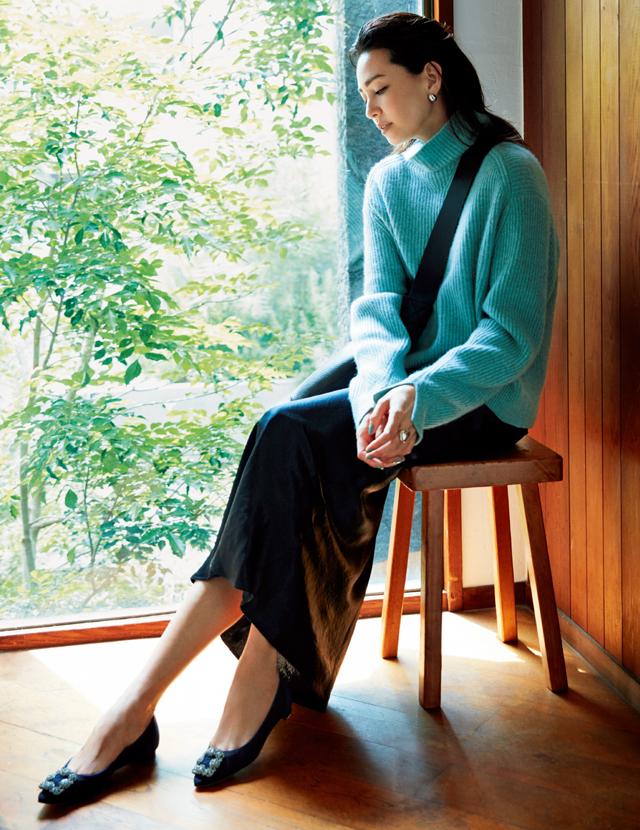 きれい色ニット×ツヤ素材のIラインスカートコーデのRINA