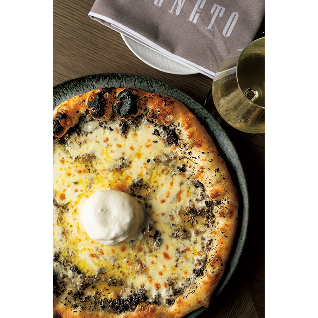 『ピニェート』の、香り豊かなトリュフが楽し めるピザ