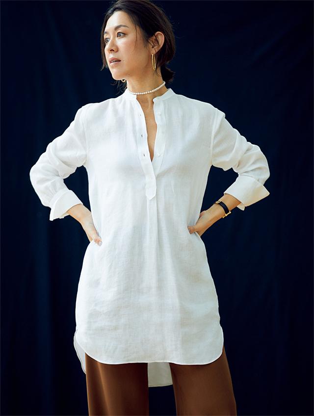 大草直子さん。リネンのバンドカラーの白シャツはアクセサリーでこなれた雰囲気に。