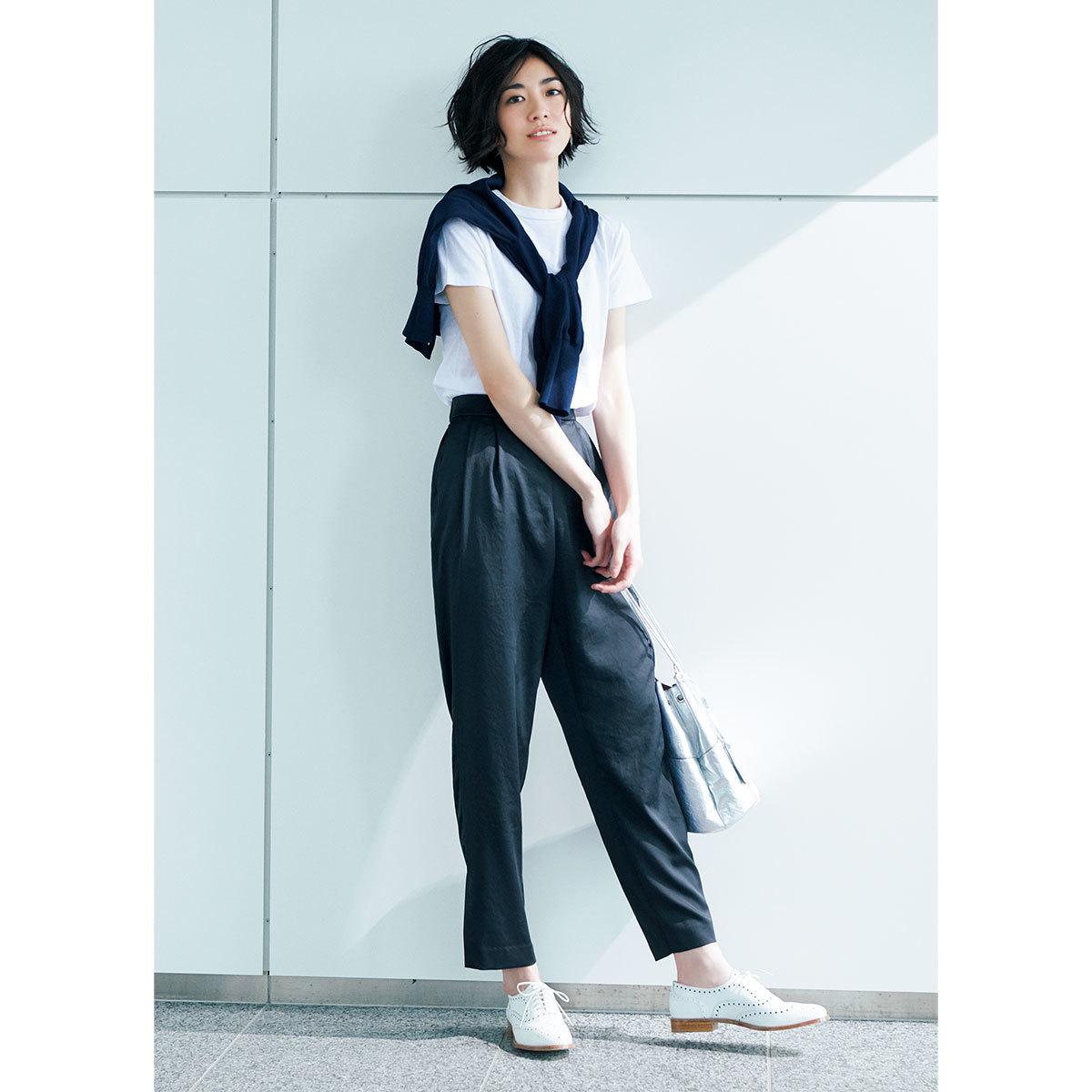 ■白Tシャツ×肩がけニット×ネイビーのツヤパンツコーデ