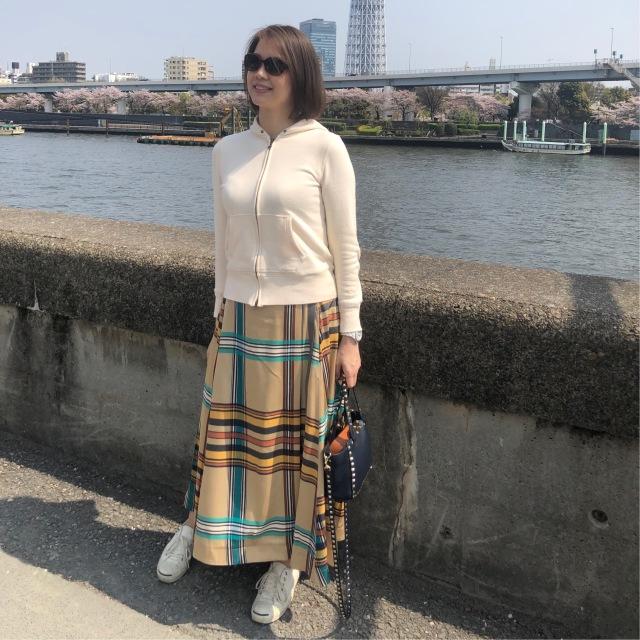 大きめチェックが印象的なスカートで作るフェミニン×カジュアルスタイル。_1_1