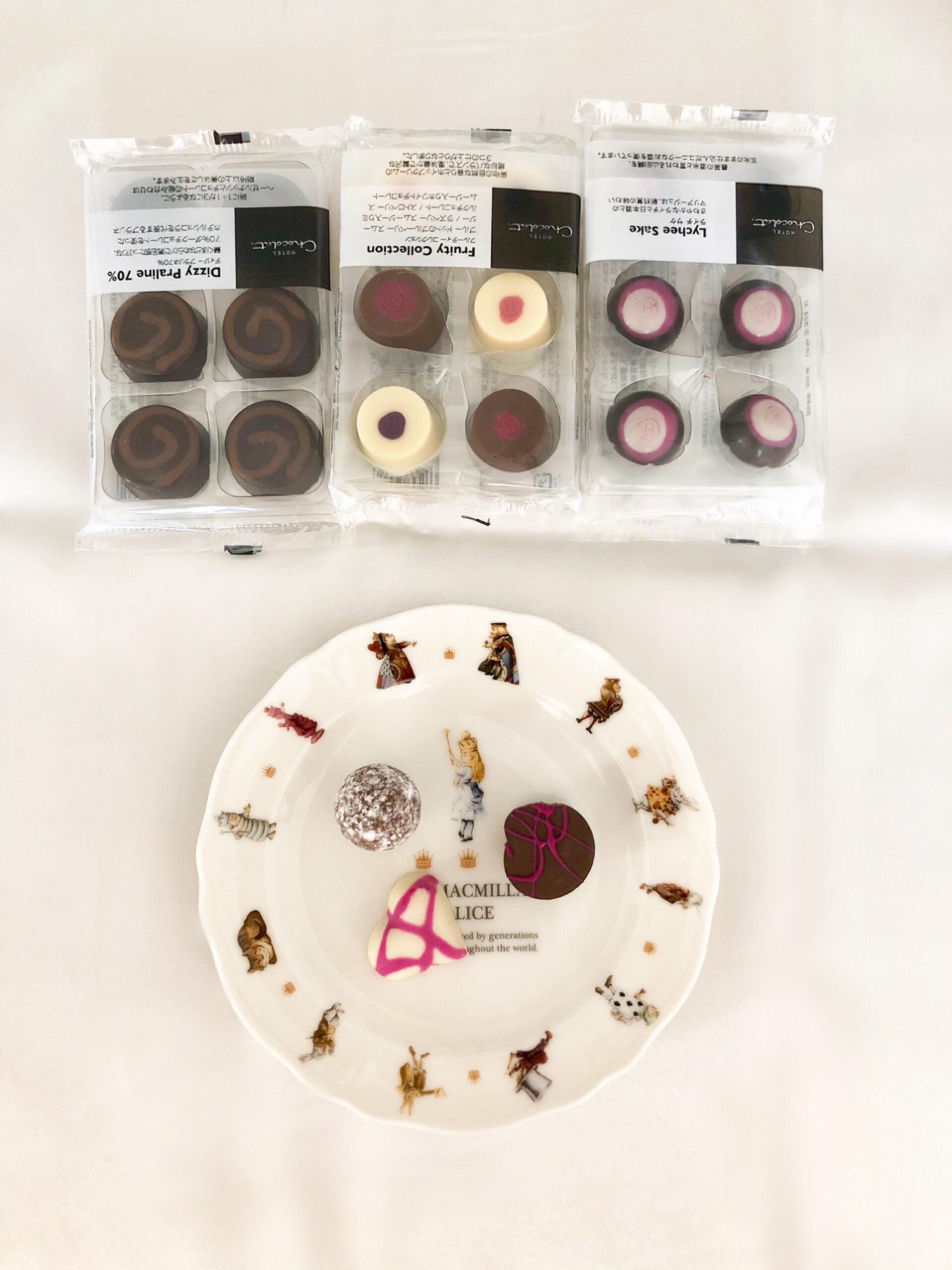 「HOTEL Chocolat.」のチョコレートたち。お気に入りのクラッシックなイラストの不思議な国のアリスのお皿と。