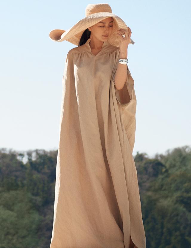 ジョージ ジェンセンのジュエリー「カーヴ」を着用したドレスコーデの板谷由夏