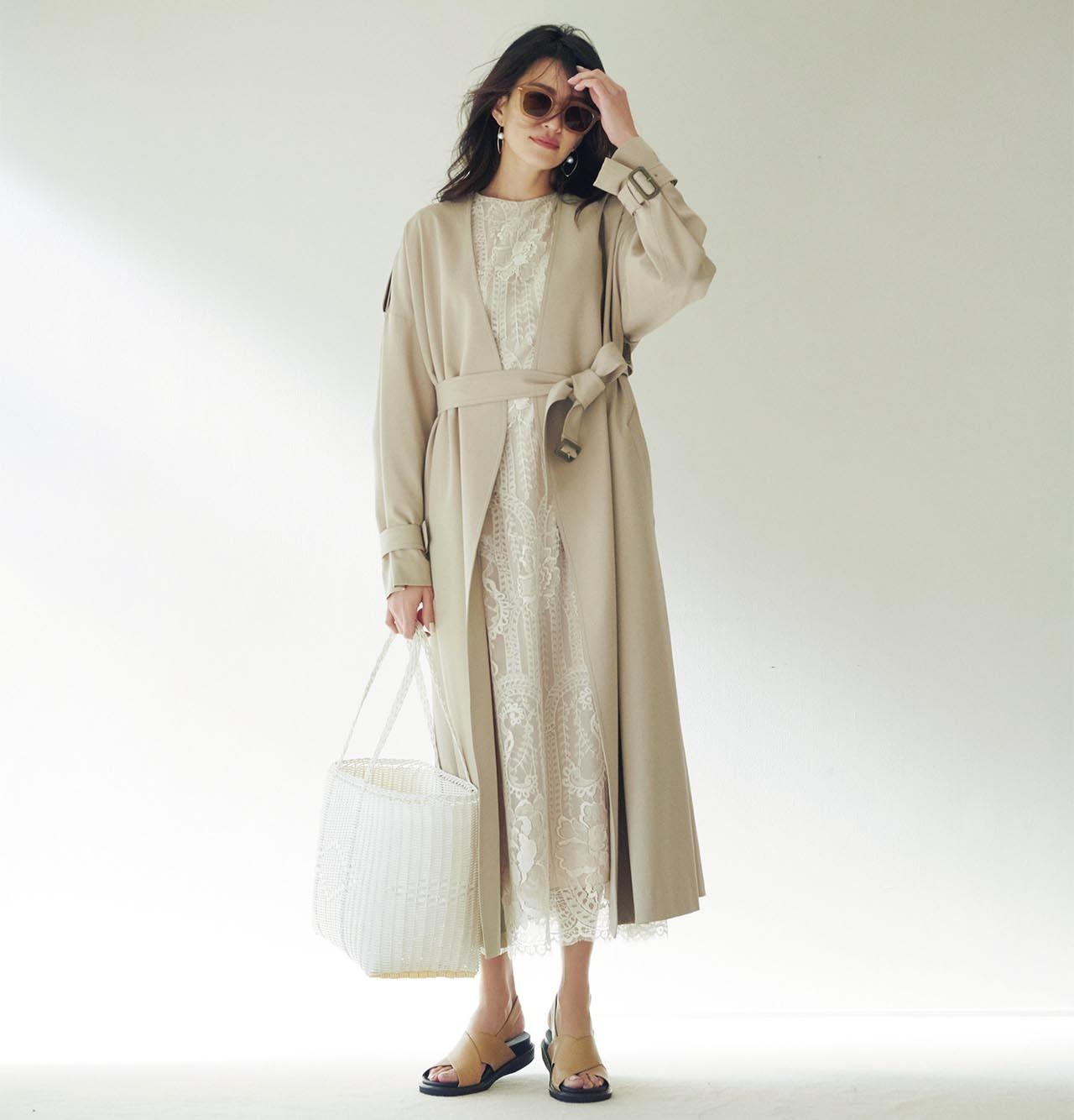 トレンチコート×レースワンピースこーでを着たモデルのRINAさん
