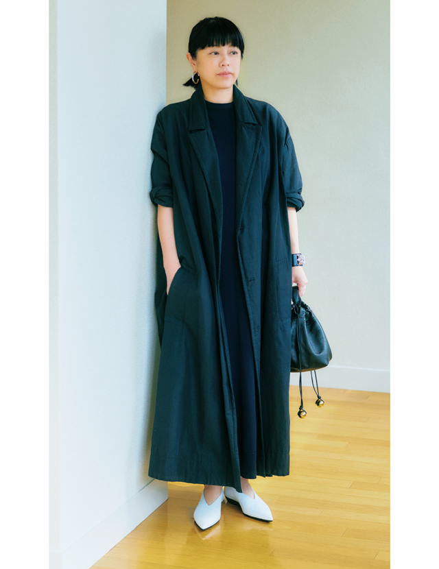 白いレザーのフラット靴でしゃれ見えコーデの福田亜矢子さん