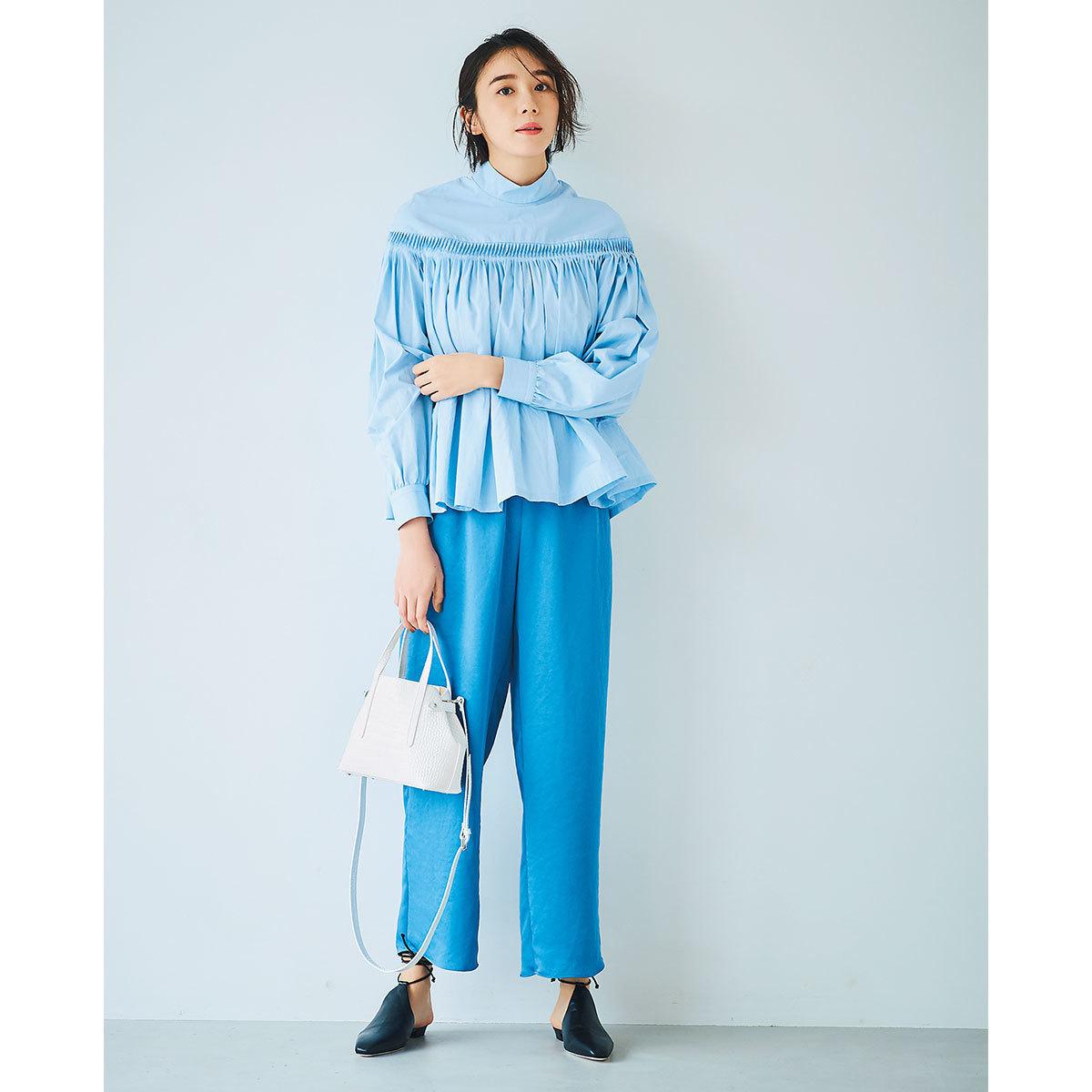 サックスブルーのシャツ×ブルーのパンツコーデ