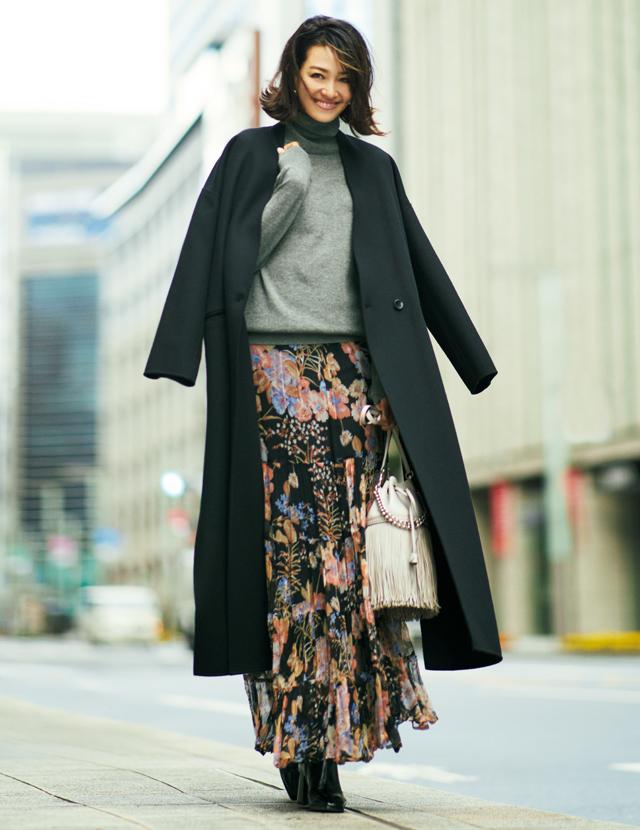 ロングコートのすそからのぞく花柄スカートが華やかに揺れる姿が華やかなRINA