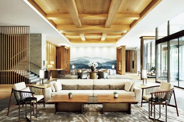 木の天井が印象的なロビー