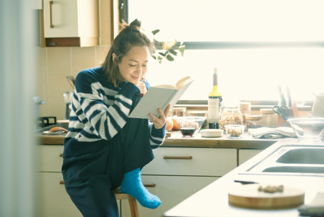 本に目をやる富岡佳子