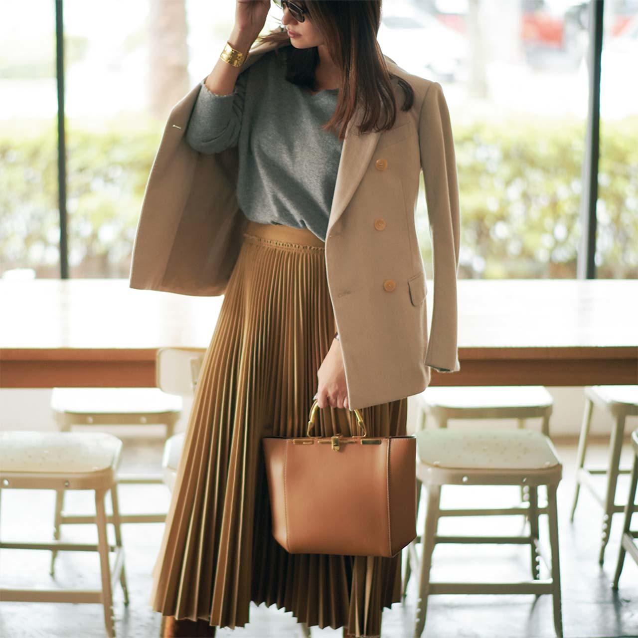 Vネックニット×ジャケット×スカートコーデを着たモデルのブレンダさん