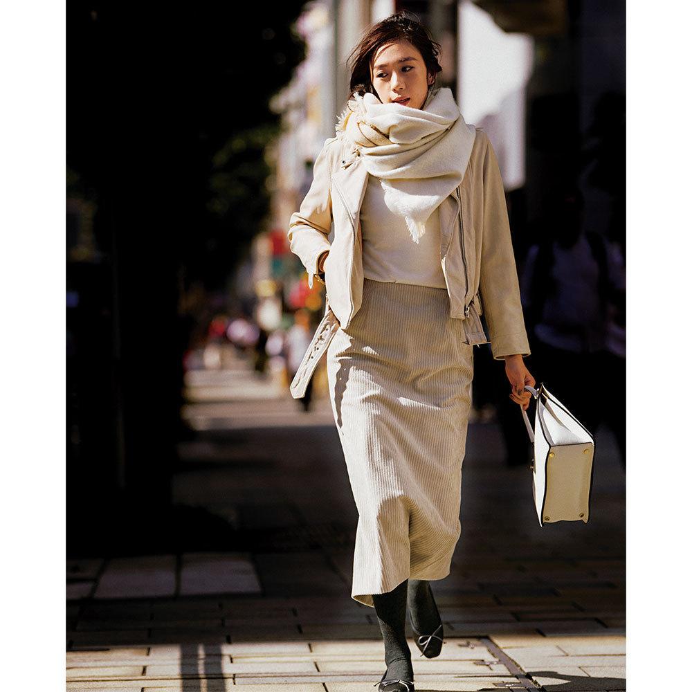 ファッション 白のストール&ニット×ベージュのコーデュロイスカートコーデ